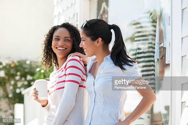 ヒスパニック系、アフリカ系アメリカ人の若い女性が飲むコーヒーやショッピング
