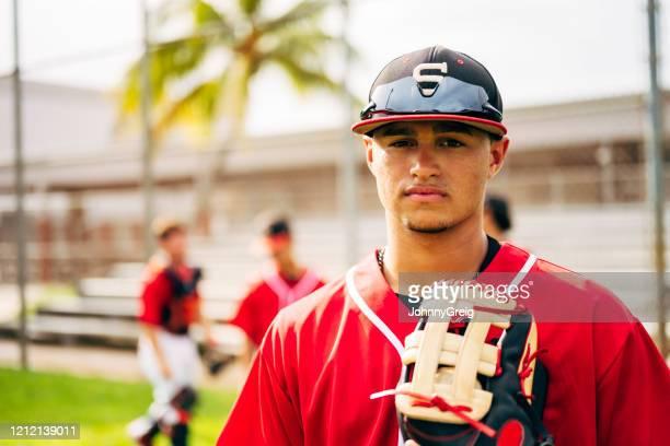 手袋を持って屋外に立っているヒスパニック野球選手 - 高校野球 ストックフォトと画像