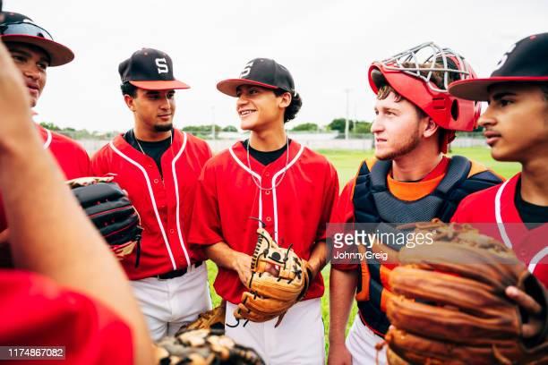ヒスパニック系野球チームが一緒に立ってプレーする準備ができている - 高校野球 ストックフォトと画像
