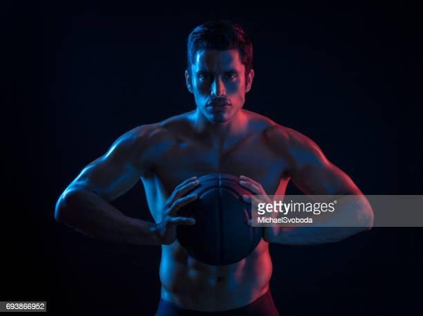 シュールな色のヒスパニックのバスケット ボール選手