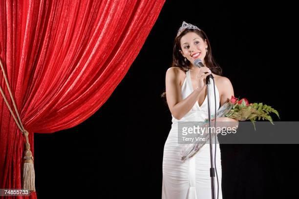hispanic beauty pageant winner speaking on stage - コンテスト ストックフォトと画像