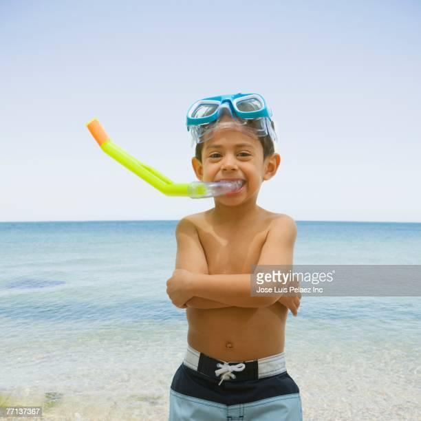 hispanic boy wearing snorkeling hear - knaben in badehosen stock-fotos und bilder