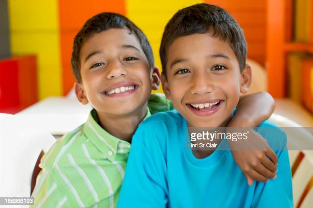 hispanic boys smiling together - fratello foto e immagini stock