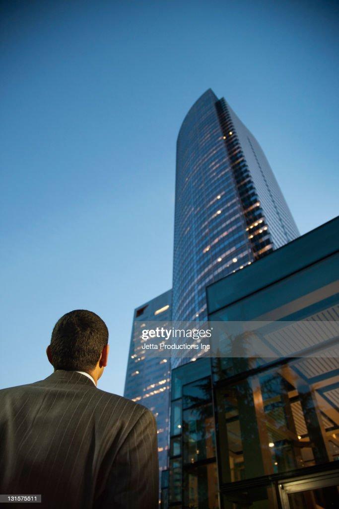 Hispanic Homme d'affaires à la recherche de ville de gratte-ciel situé : Photo