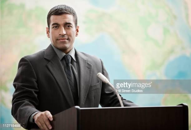 hispanic businessman standing at podium - político - fotografias e filmes do acervo