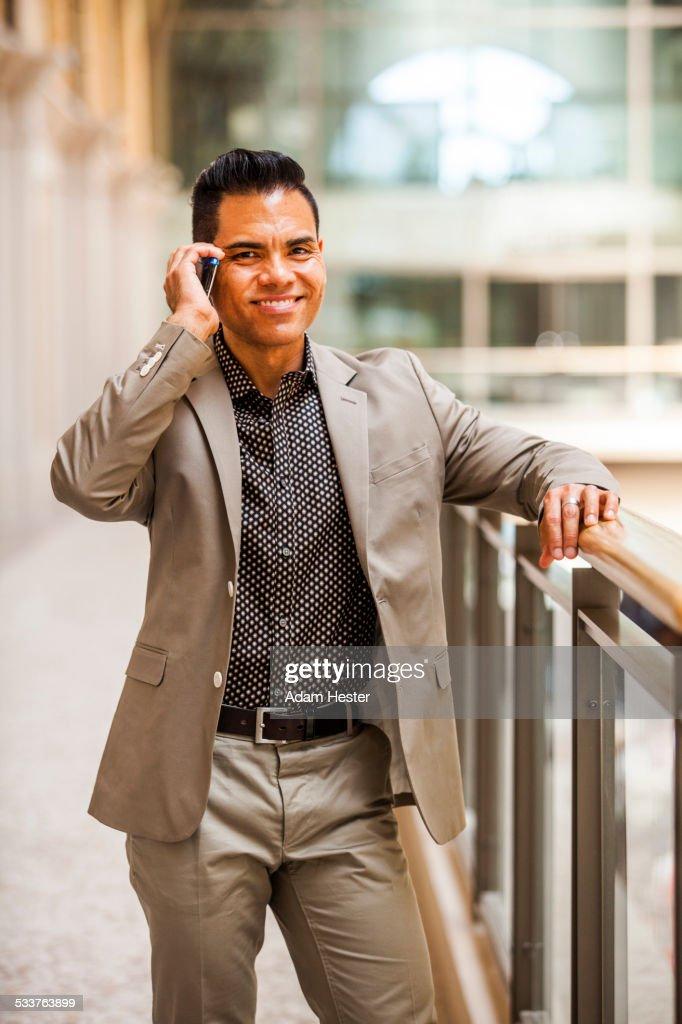 Hispanic businessman talking on cell phone : Foto stock