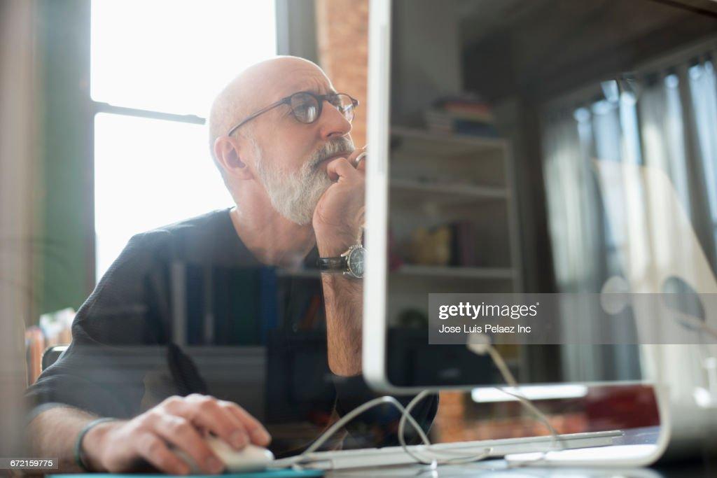 Hispanic businessman using computer : Stock Photo