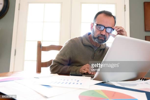 Hispano-Amerikaner Geschäftsmann auf Computer von zu Hause aus arbeiten