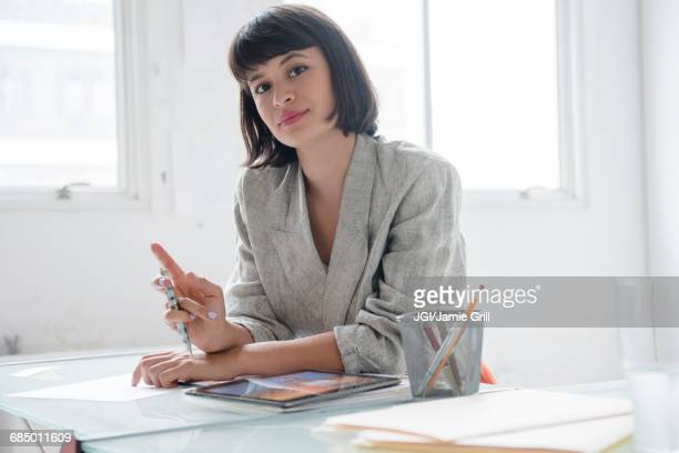 hispanic businesswoman in office with digital tablet - 短毛 個照片及圖片檔
