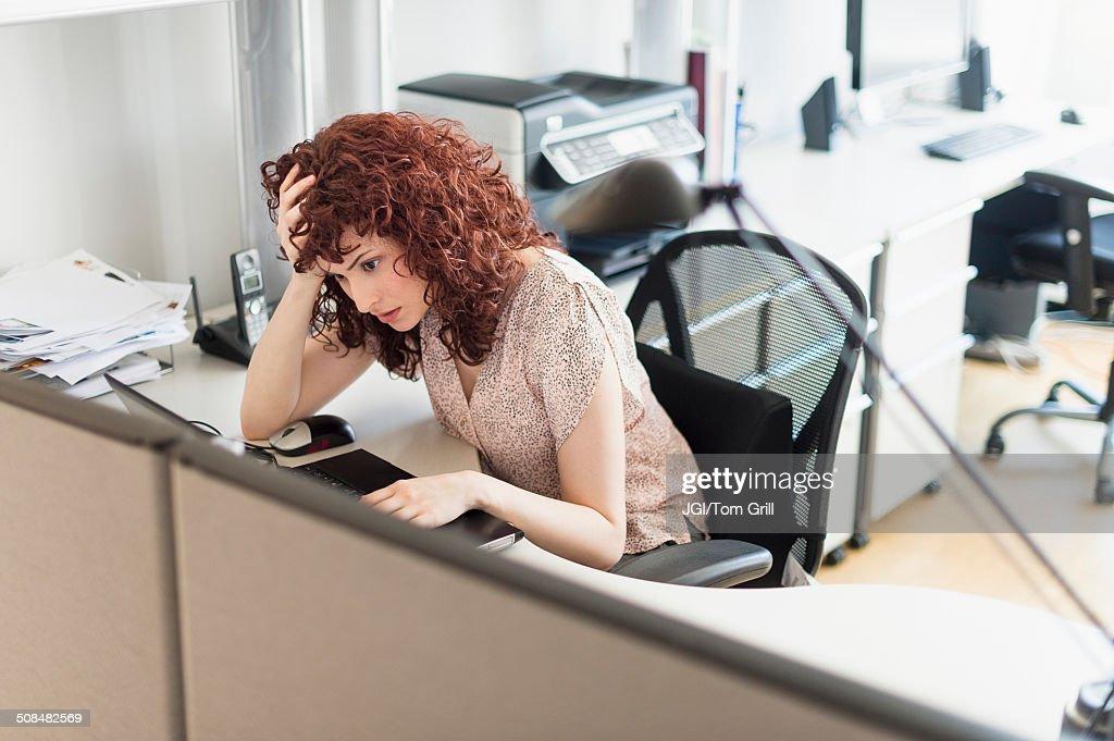 Hispanic businesswoman working in office : Stock Photo