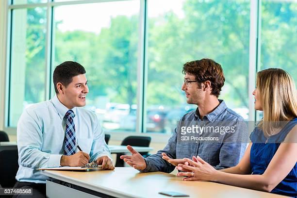 Hispana consultor con clientes