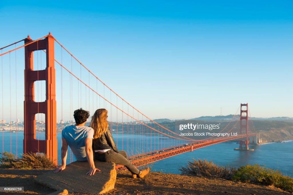 Hispanic couple admiring Golden Gate Bridge, San Francisco, California, United States : Foto de stock