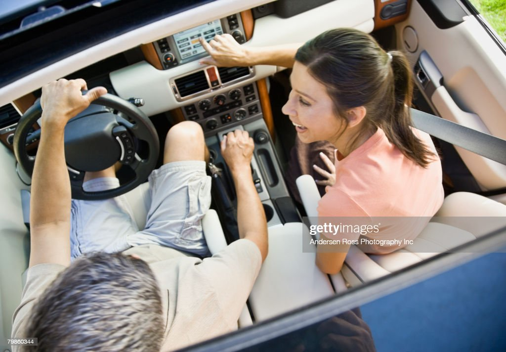 Hispanic couple driving in car : Stock-Foto