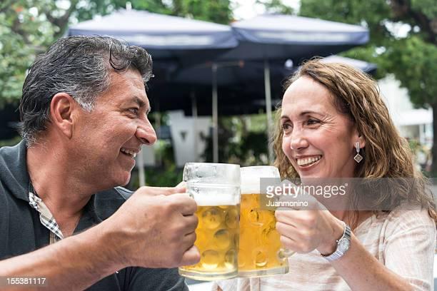 ヒスパニックのカップルがビール