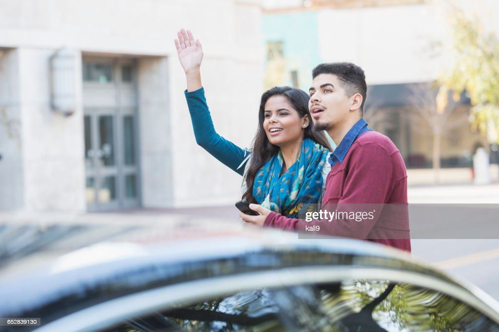 Hispanic paar wachten op een auto te halen hen : Stockfoto