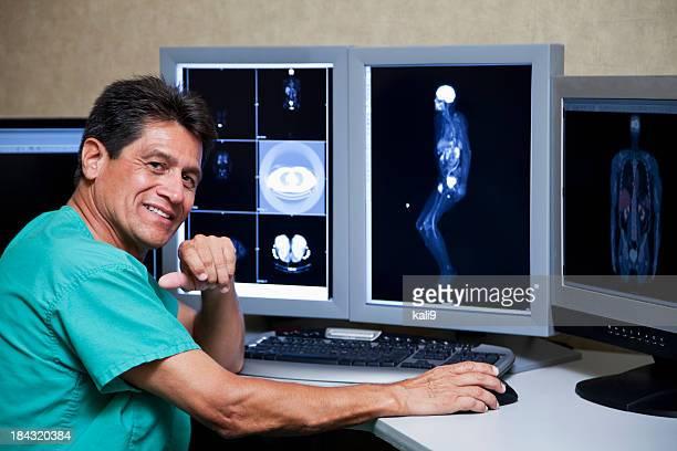 Hispânico médico com um médico exames