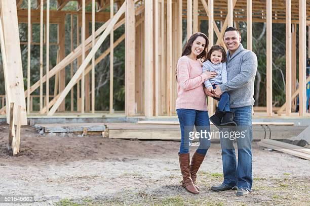 Famille hispanique construire un nouveau chez-vous
