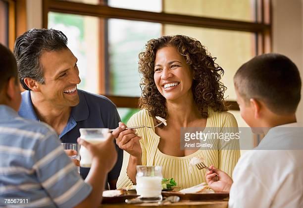 hispanic family eating at table - lunch - fotografias e filmes do acervo