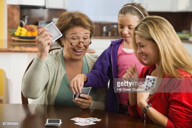 hispanic family playing cards together - carta de baralho jogo de lazer - fotografias e filmes do acervo