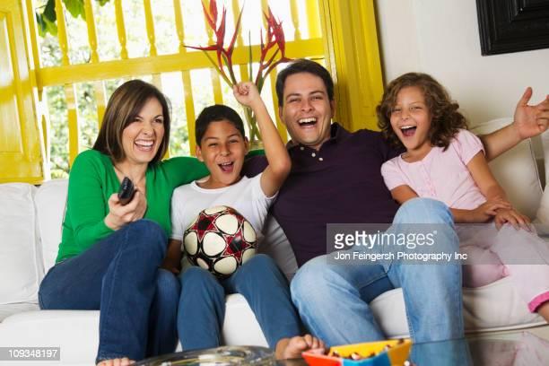 ヒスパニック系家族でテレビでサッカー観戦 - 南アメリカ ストックフォトと画像