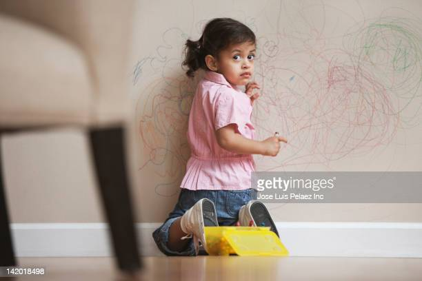 hispanic girl drawing on wall - naughty america - fotografias e filmes do acervo