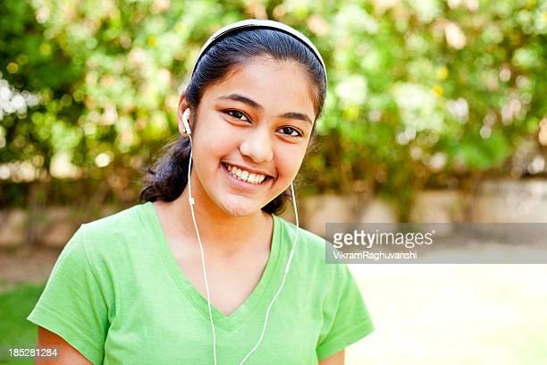 Hispanique fille écoute de la musique