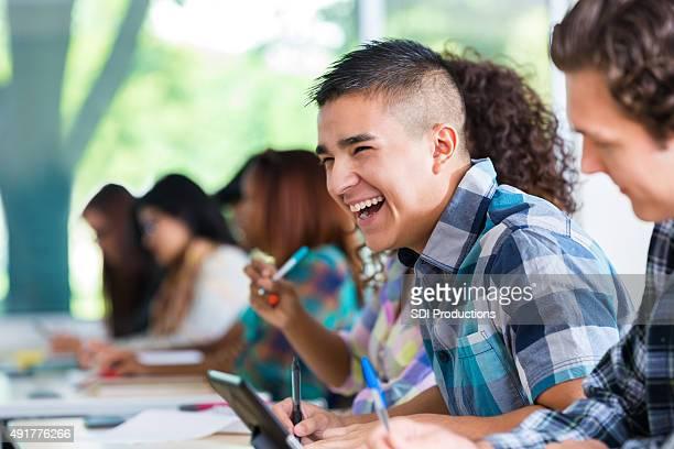 Homme hispanique collège étudiant heureux au cours de la classe