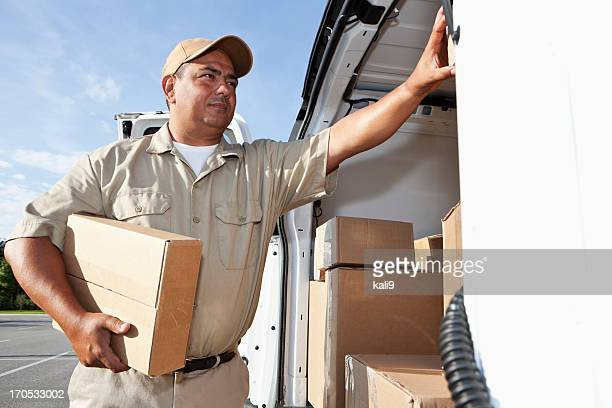 Hispanic Mann liefern-packages