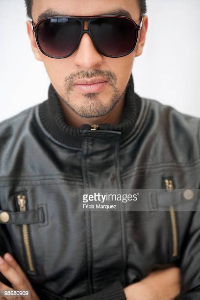 hispanic man in sunglasses and leather coat - giacca di pelle foto e immagini stock