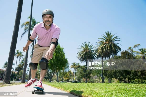 patín de hombre hispano del montar a caballo - patinar fotografías e imágenes de stock