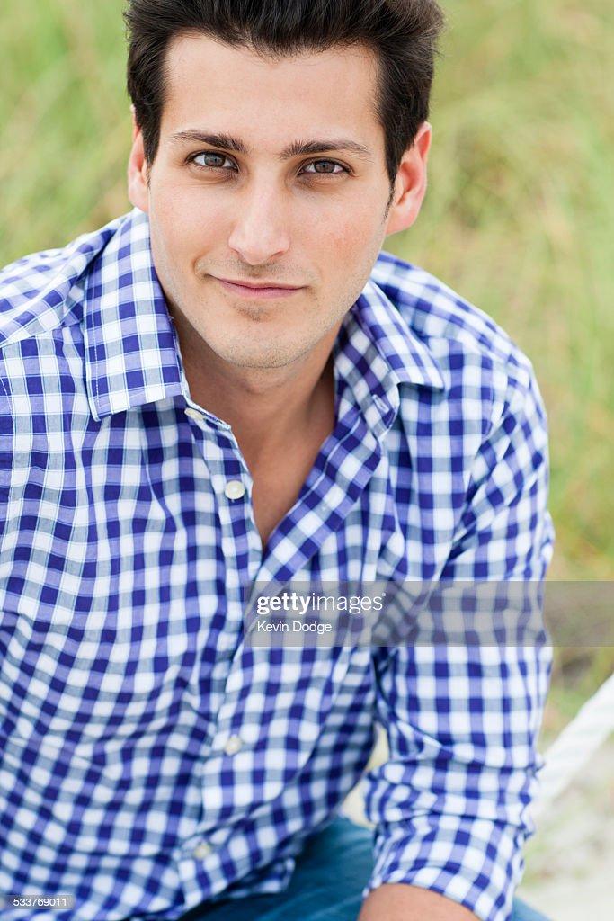 Hispanic man smiling outdoors : Foto stock