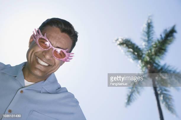 hisoire homme lunettes de soleil - lunettes de soleil teintées photos et images de collection