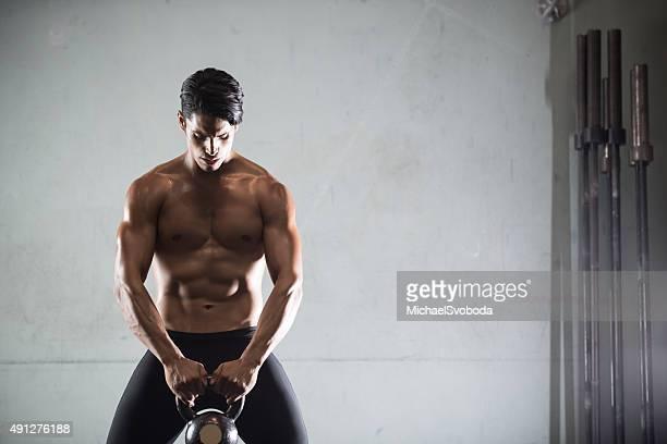 hispânica homem malhar com kettlebell - kettlebell - fotografias e filmes do acervo