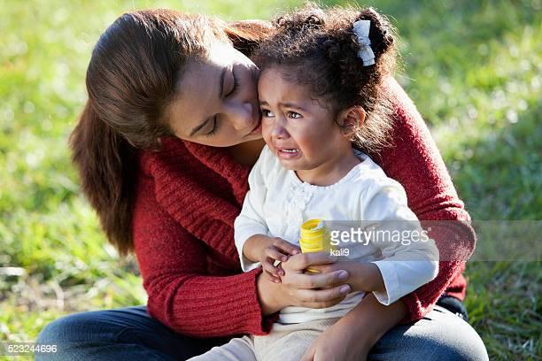 Mère réconfortant de pleurer fille hispanique