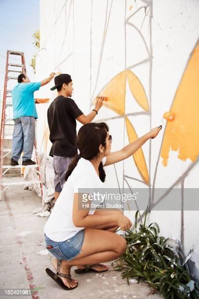 hispanic people painting wall - pintar mural fotografías e imágenes de stock