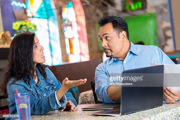 Hispanic restaurant Eigentümer streiten über business fincances während der Tagung