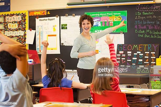 hispano formación de profesores, estudiantes de matemáticas en montaje tipo aula - 8 9 años fotografías e imágenes de stock