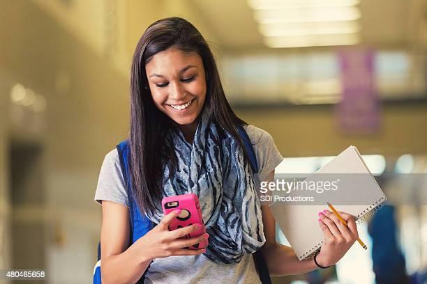 ヒスパニックティーン中高生スマートフォンを使用しての廊下