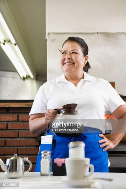 hispanic waitress holding coffee pot - garçonete - fotografias e filmes do acervo
