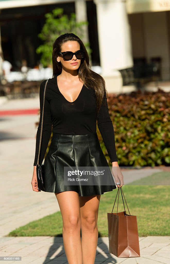 Hispanic woman carrying shopping bag : Stock Photo