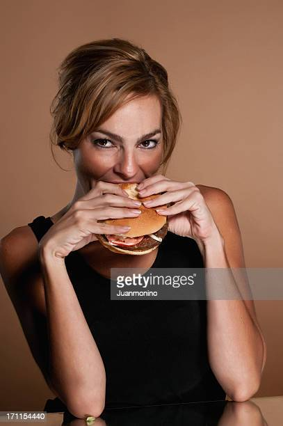 Mujer hispana con una hamburguesa