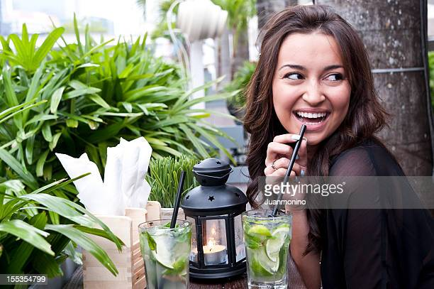 Hispanic Frau mit einem Mojito