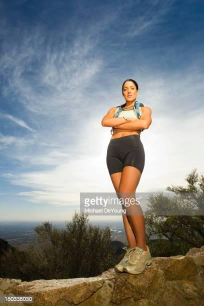 ヒスパニック女性リモートエリアでのハイキング