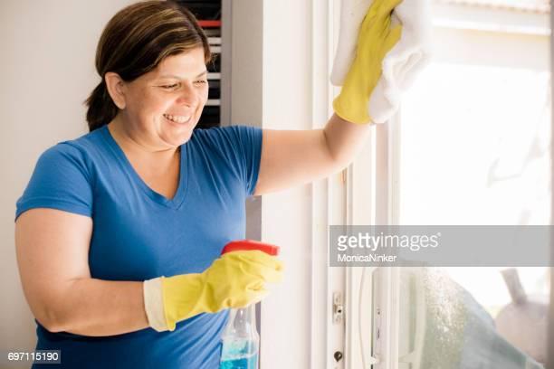 Hispanic vrouw huishouding