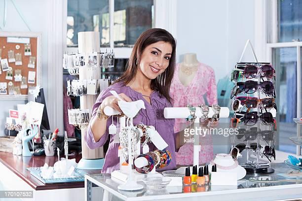 Femme hispanique dans un hôtel-boutique