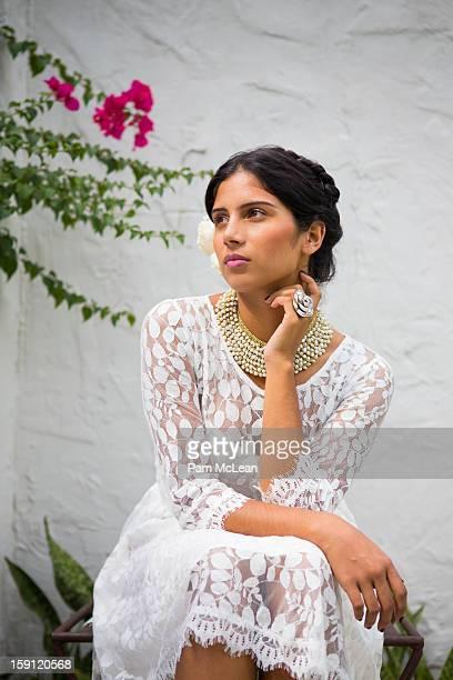 hispanic woman in white lace dress in garden - vestido de renda - fotografias e filmes do acervo