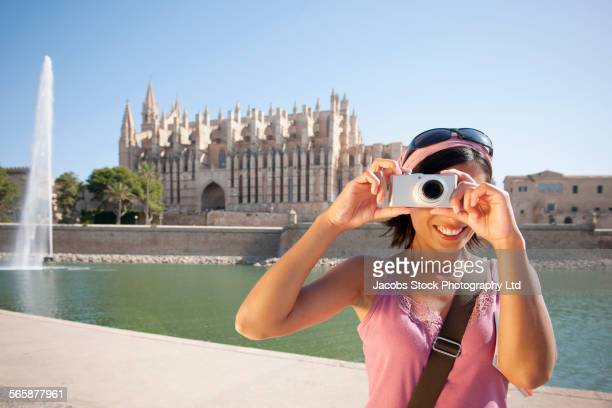 hispanic woman photographing in city, palma, majorca, spain - alleen één mid volwassen vrouw stockfoto's en -beelden