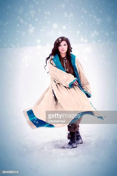 Hispanic Frau spielt In einem Schneesturm