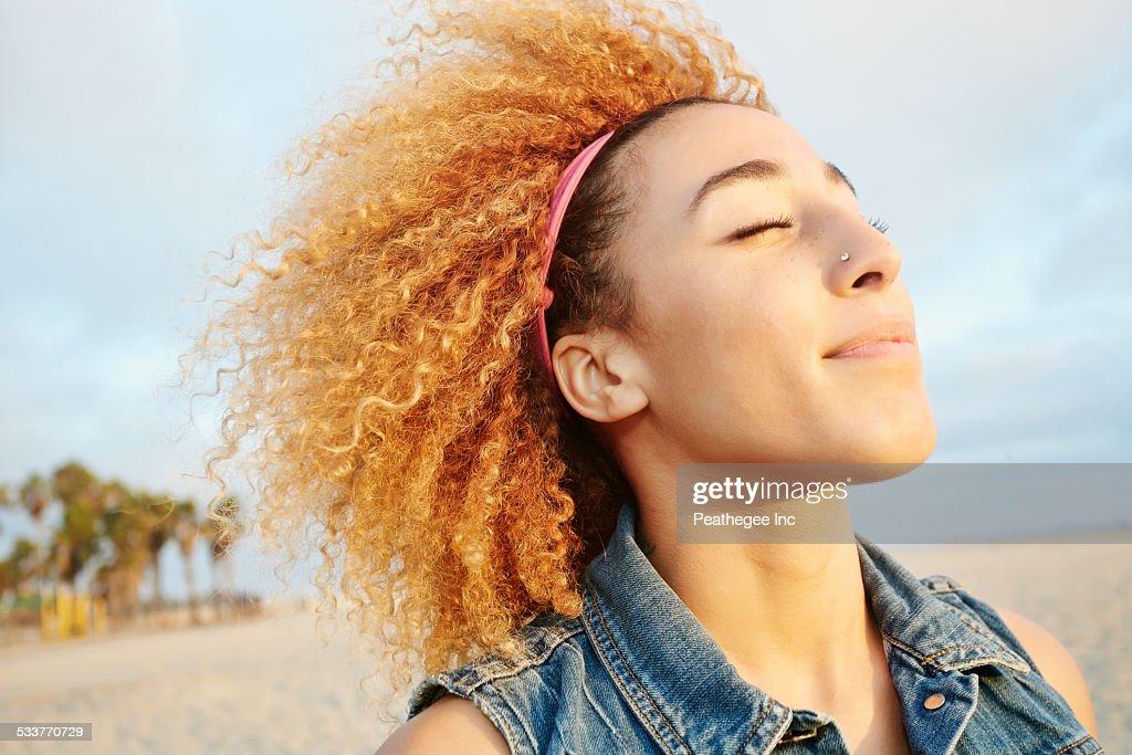 Hispanic woman smiling at beach : Foto stock