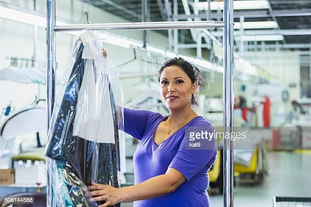 Femme hispanique travaillant dans le nettoyage à sec